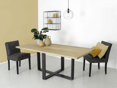 Industriele eikenhouten tafel op maat gemaakt met spinpoot