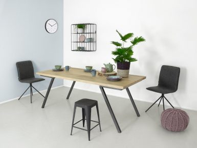 industriele eikenhouten tafel Seven met stalen onderstel