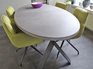 Ovale betonnen tafel met Y poot op maat gemaakt